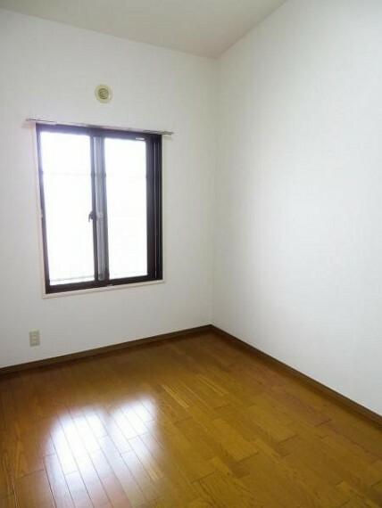 玄関横の洋室はお子様のお部屋にもいいですね。