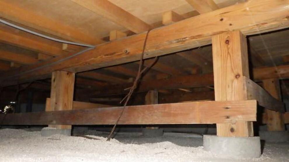 構造・工法・仕様 【リフォーム中】中古住宅の3大リスクである、雨漏り、主要構造部分の欠陥や腐食、給排水管の漏水や故障を2年間保証します。その前提で床下まで確認の上でリフォームし、シロアリの被害調査と防蟻工事も行います。