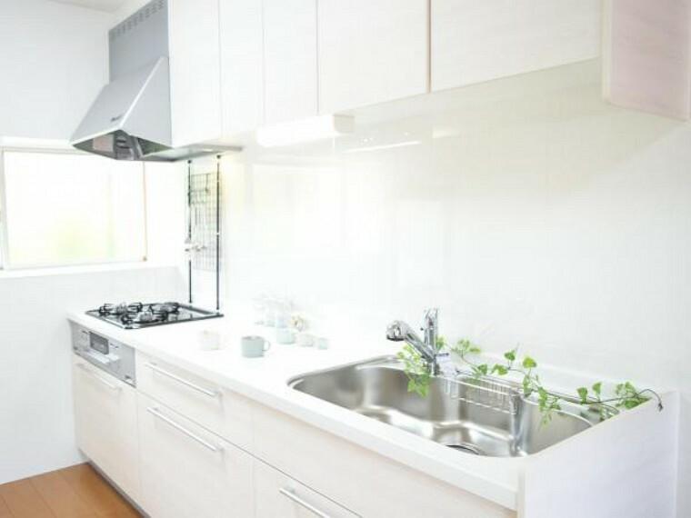 キッチン 【同仕様写真】キッチンは永大製の2400mmサイズのものを新設します。収納がたっぷりなので、散らかりがちなキッチン回りもすっきり片付きます。