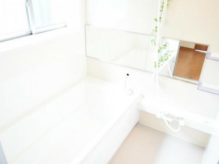 浴室 【同仕様写真】お風呂はハウステック製の1坪タイプのユニットバスを新設。毎日の疲れを癒す場所なので足を伸ばして湯船につかることができるのは嬉しいですね。