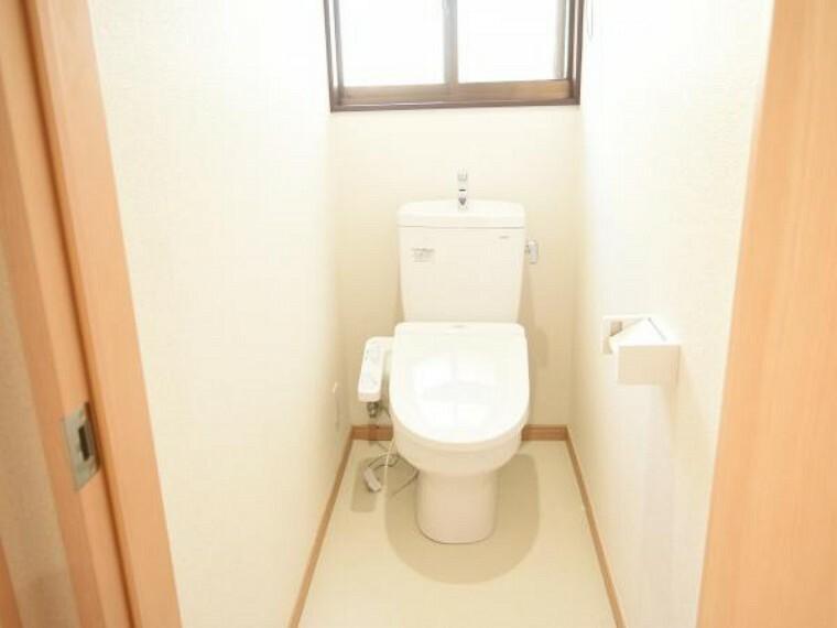 トイレ 【同仕様写真】気持ち良くお使い頂く為、TOTO製新品の便器・便座に交換します。もちろん温水洗浄付き便座ですので、季節を問わず快適です。肌が直接触れるところなので、新品だと衛生面も安心ですね。