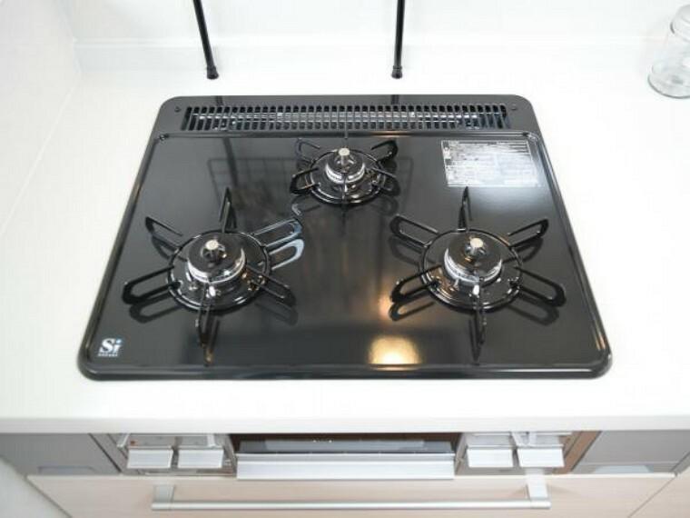 キッチン 【同仕様写真】3口あるコンロで同時進行で時間短縮。大きなお鍋を置いても困らない広さ。お手入れ簡単なコンロなのでうっかり吹きこぼしてもお掃除ラクラク。