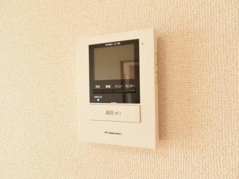 防犯設備 【同等品仕様】玄関には新品のインターフォンを設置。リビングではモニターで来客者の顔も確認でき 気持ち良くお客様をお迎えできます。