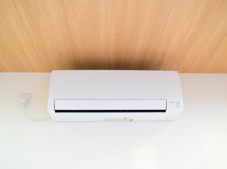 冷暖房・空調設備 【同仕様写真】新生活を快適にサポートしてくれる、エアコンをリビングに設置。家電の買い替えをご検討のご家族も、エアコン1台分の費用が浮いて嬉しいですね。