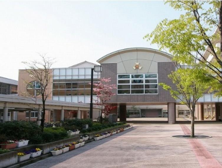 中学校 津幡中学校まで1300m(徒歩17分)。お子様の自転車での登下校なら、あっという間の距離ですね。