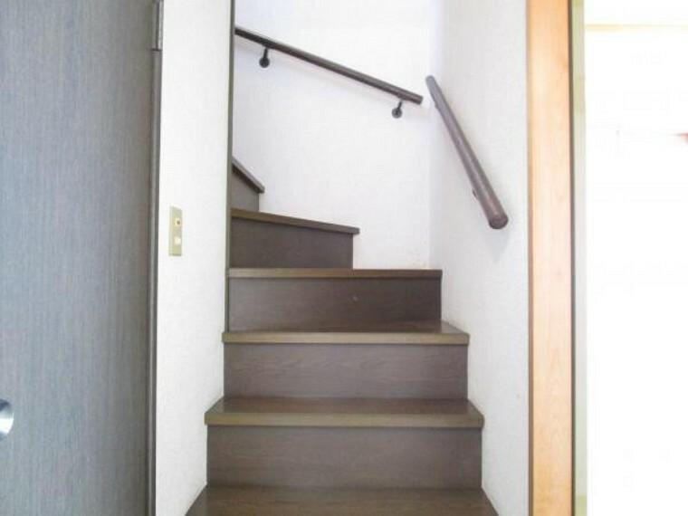 【リフォーム中】階段の写真です。階段はクリーニングを行います。手すりがついていますので、安心してお使いいただけます。