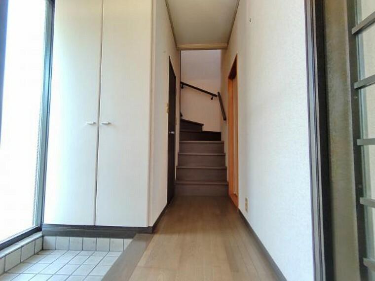 【リフォーム中】1階廊下の写真です。壁・天井クロス張替、照明器具の交換、床材の重ね張りを行います。玄関はお家の顔となる部分、お客様が最初に目にする場所だからこそ、第一印象が大切ですね。