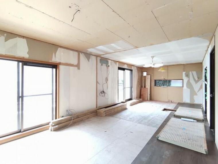居間・リビング 【リフォーム中】リビングの写真です。天井・壁クロス張替、床材重ね張り、照明器具交換、エアコン1台設置、火災警報器設置を行います。掃き出し窓があり、明るく過ごしやすい空間に生まれ変わります。