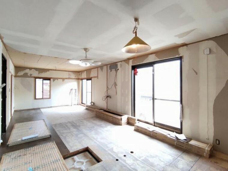 和室 【リフォーム中】1階6畳の和室はリビングとつなげ床材の張替えを行います。家族団欒にぴったりの約20帖のリビングに生まれ変わります。