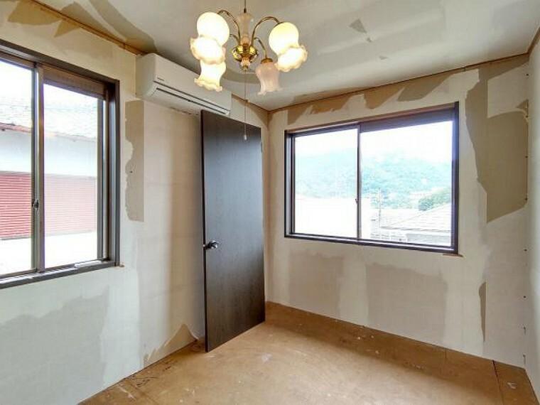 洋室 【リフォーム中】2階東側洋室5.8帖の写真です。壁・天井クロス張替、床材の張替、照明器具交換、火災報知機の設置を行います。 東向きの窓からは気持ちのいい朝日が目覚まし代わりに。