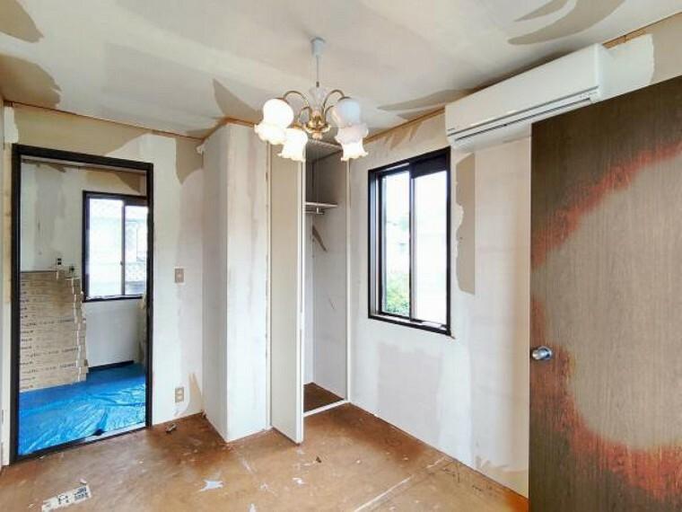 洋室 【リフォーム中】2階洋室東側5.8帖の収納の写真です。内部クロス張替えを行います。2階は各居室に収納がついておりますので、お部屋をすっきりお使いいただけます。