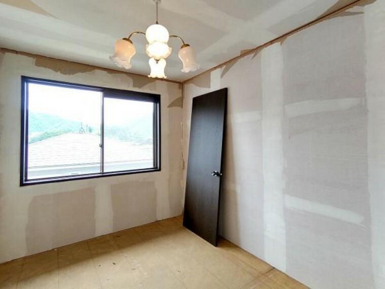 洋室 【リフォーム中】2階洋室真ん中5.8帖の写真です。壁・天井クロス張替、床材の張替、照明器具交換、火災報知機の設置を行います。 生活にあったお部屋の使い方で居心地のいい住まいづくりを。