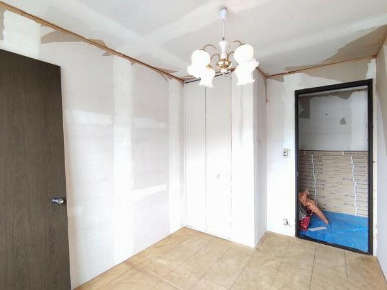 洋室 【リフォーム中】2階洋室真ん中5.8帖の収納の写真です。内部クロスの張替えを行います。収納を活用し、自分好みのお部屋にしてみてはいかがですか。