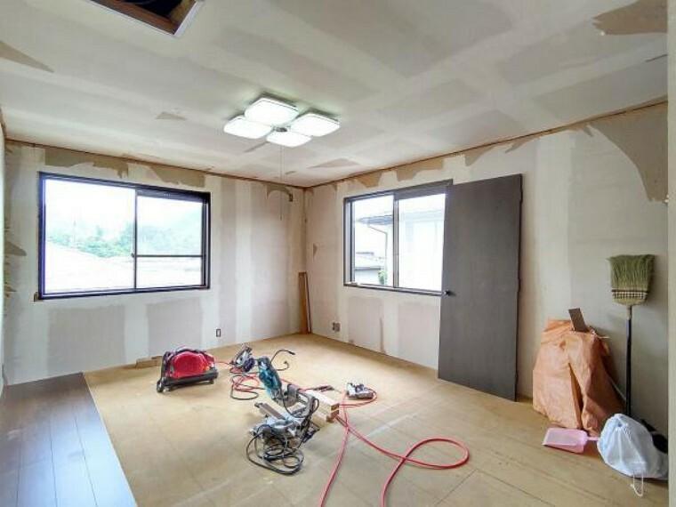 洋室 【リフォーム中】2階洋室13帖の写真です。壁・天井クロス張替、床材の張替、照明器具交換、火災報知機の設置を行います。ご夫婦の寝室としても子供部屋としても使用できます。