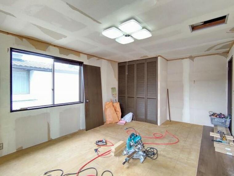 洋室 【リフォーム中】2階洋室13帖の収納の写真です。内部クロスの張替えを行います。収納を活用し、お部屋をすっきりお使いいただけます。