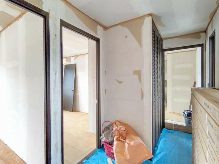【リフォーム中】2階廊下の写真です。壁・天井クロスの張替え、床のクリーニングを行います。廊下収納がついており、掃除機などの置き場に困るものの収納にも使えて嬉しいですね。