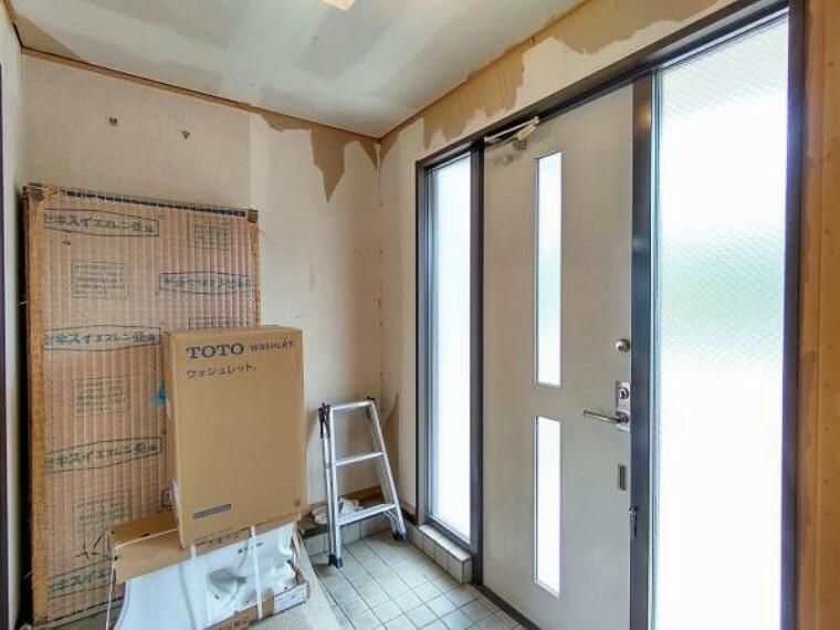 玄関 【リフォーム中】玄関ホールの写真です。玄関タイルのやり替え、シューズボックスの交換を行います。帰宅時には落ち着いた空間がお出迎えをしてくれます。