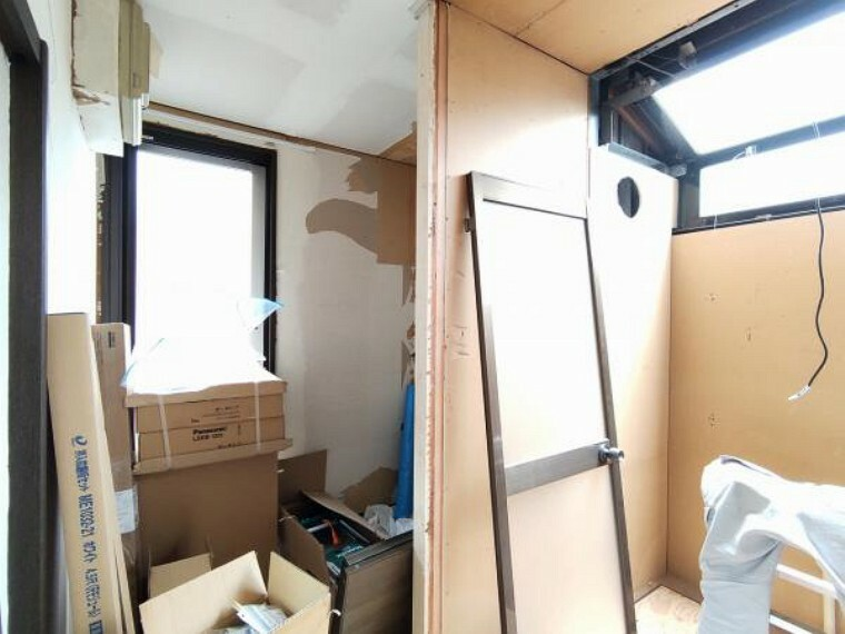 脱衣場 【リフォーム中】洗濯機置き場の写真です。壁・天井クロスの張替、床材張替、照明器具交換を行います。脱衣所にあり、脱いだ服が散らからないので、手間が減りますね。