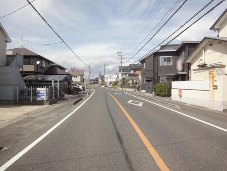 現況写真 周囲は穏やかな街並みが広がっています。