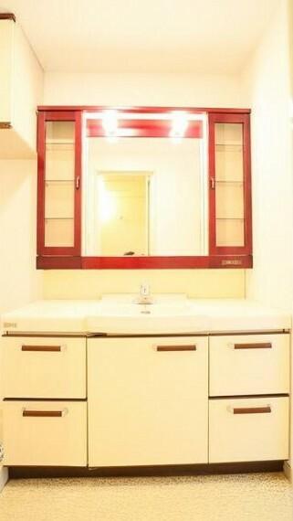 洗面化粧台 収納力と機能性に優れたお手入れラクラク洗面化粧台です。朝の身支度もこれでスムーズです!