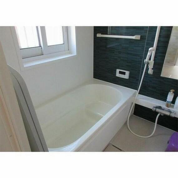 浴室 手すりのついたバスで将来的にも安心