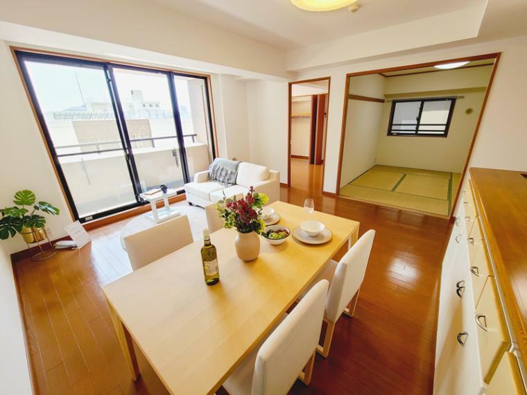 居間・リビング LDKは広さ17.1帖。和室の部屋を開放するとより開放的にお使い頂けます。和室とLDKをあわせると23帖以上の空間が確保できます。