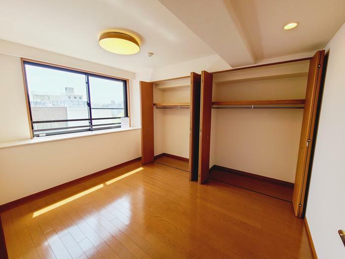 洋室 主寝室6.4帖のベッドルームからもリバービューのびやかな眺望が望むことができます。ワイドなクローゼット付きです。全居室収納付きで収納豊富な間取りです。