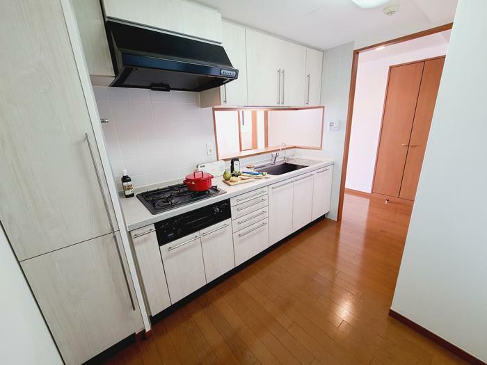 キッチン 食品庫付きワイドなシステムキッチン採用。3口ガスコンロに対面カウンター式キッチンです。浄水器も完備されています。