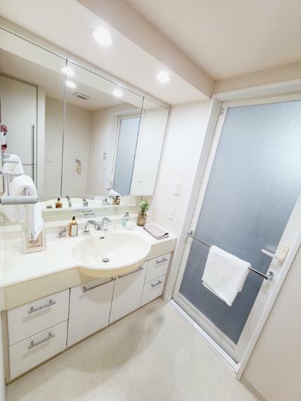 洗面化粧台 三面鏡の洗面化粧台です。タオルや小物も収納できるリネン収納庫付きです。