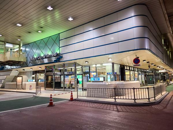 東京シティエアターミナル。成田や羽田へリムジンバスを利用して通えるターミナルジャンクション。飲食や買い物もできる施設です。