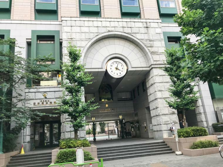 図書館 日本橋図書館。幼稚園と小学校が併設されています。