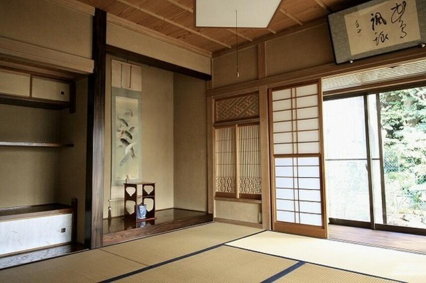 寝室 これぞ日本家屋。古き良き雰囲気の中で富士山や海が見える快適な暮らしを... オンリーワン中古戸建。