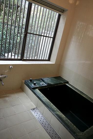 浴室 これぞ日本家屋。古き良き雰囲気の中で富士山や海が見える快適な暮らしを... オンリーワン中古戸建。