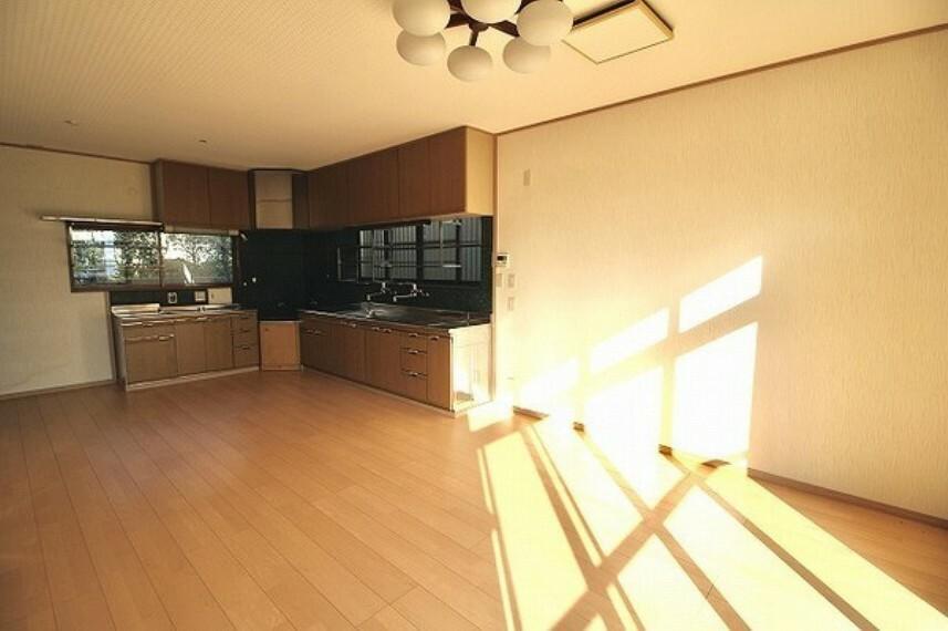 居間・リビング これぞ日本家屋。古き良き雰囲気の中で富士山や海が見える快適な暮らしを... オンリーワン中古戸建。