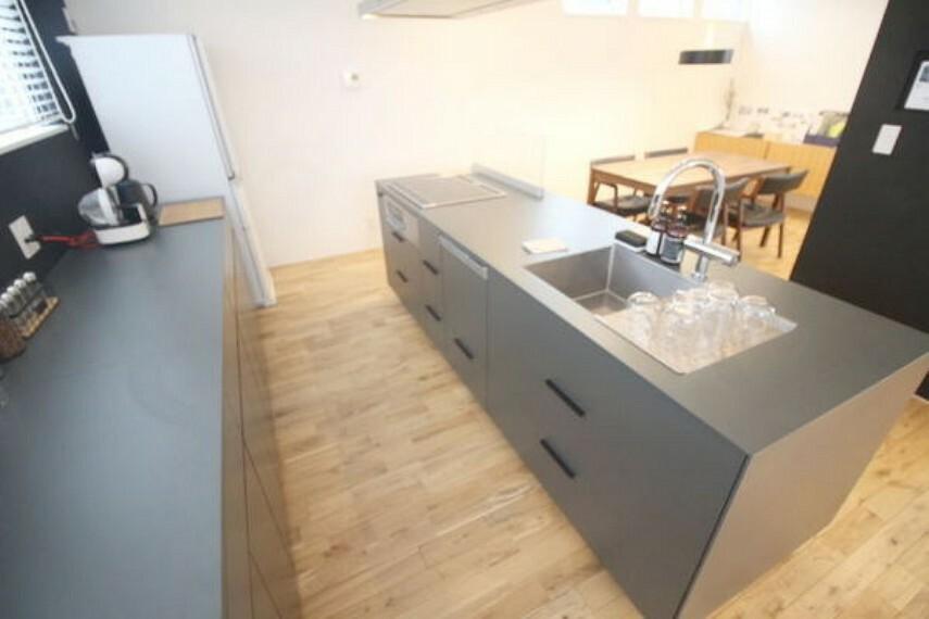 キッチン 備え付けの棚のため、カップボードを買う手間と費用が抑えられます。