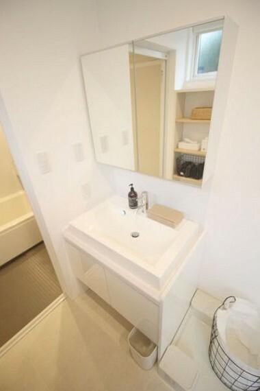 洗面化粧台 何かと物の増える洗面所。タオルや化粧品などの収納もあるためとても便利です。