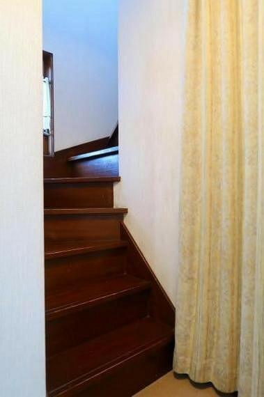 便利な階段下収納もあります