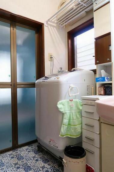 ランドリースペース 洗面室の様子、窓もあり明るい空間