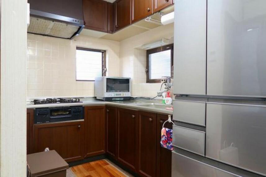 ダークブラウンで落ち着いた雰囲気のキッチン