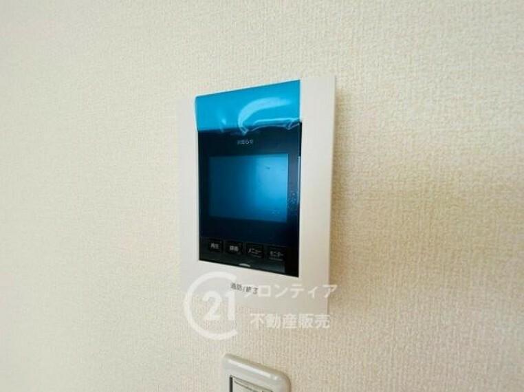 TVモニター付きインターフォン ハンズフリー機能を備えたカラーモニターインターホンを採用!お料理中などで手が塞がっていても便利に応答可能です!夜間の映像確認機能もついていて、安心ですね!