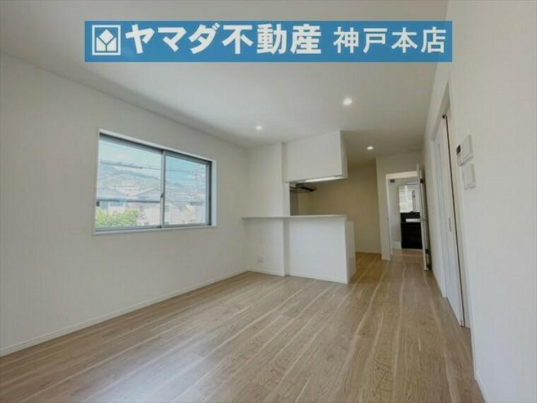 居間・リビング 3面採光のため明るく通風良好です。LDK広々約20帖あります。