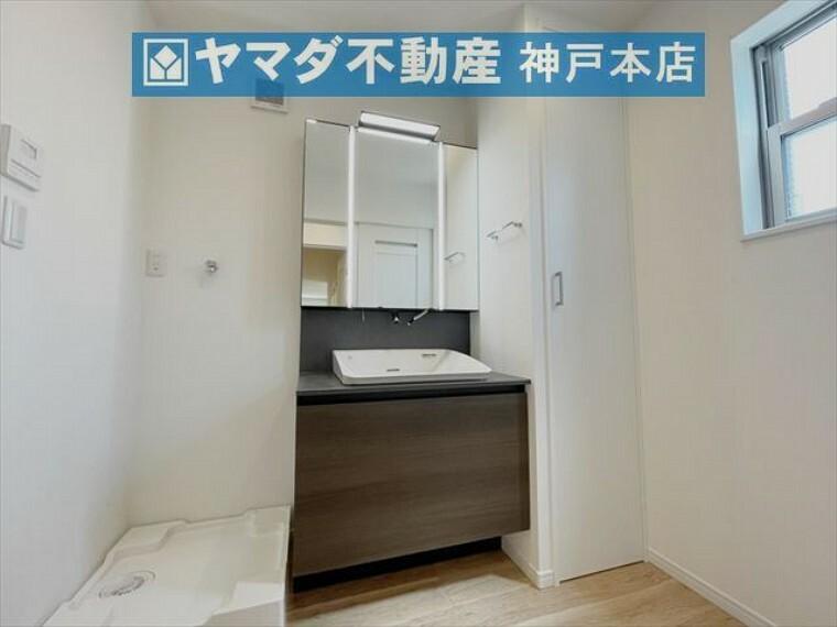 洗面化粧台 シックな洗面化粧台です。