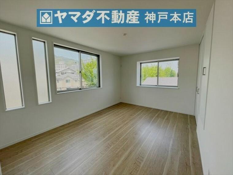 寝室 3階洋室 約8.8帖。採光と収納が豊富なお部屋です。