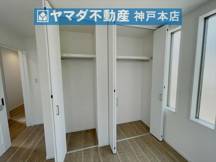 収納 3階洋室 約8.8帖。採光と収納が豊富なお部屋です。