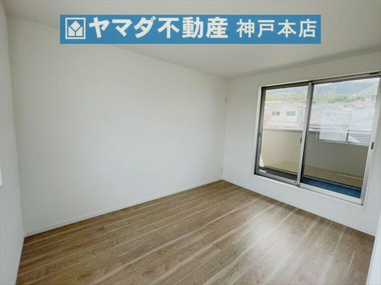 子供部屋 3階洋室 約6帖。バルコニーに面したお部屋です。収納付いています。