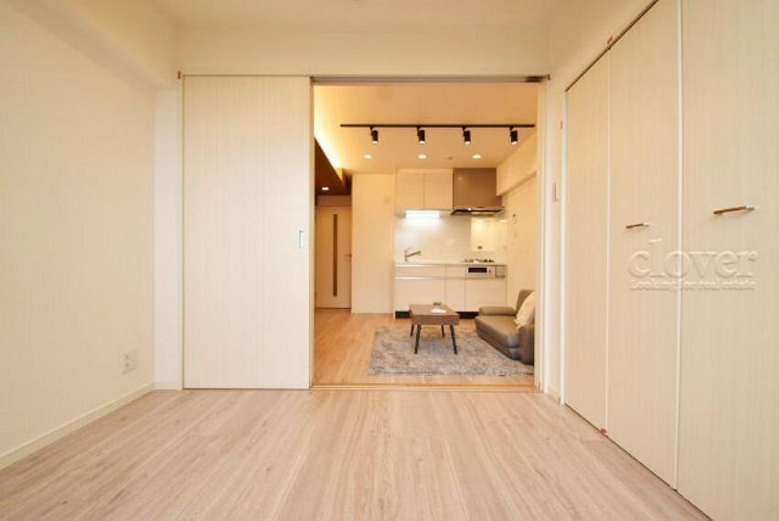 洋室 洋室からリビングダイニングキッチン