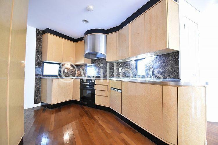 キッチン 料理というクリエイティブな時間に相応しい、機能美。収納力も豊富です。幅広いキッチンの空間はママにとっての嬉しい動線を確保。プライベートスペースを彩るインテリアとしての美も兼ねております。