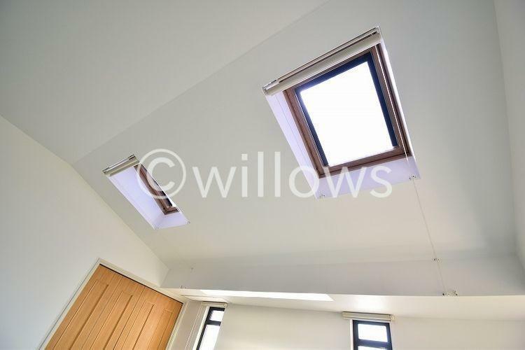 寝室 天窓からは燦々と明るい光が降り注ぎます。