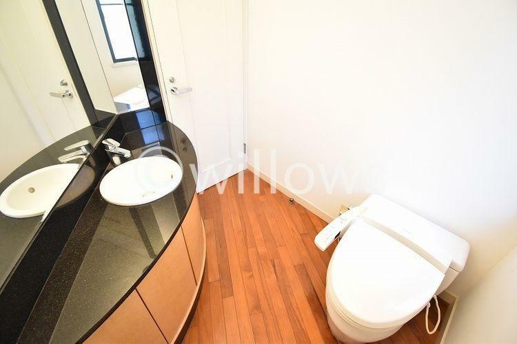 トイレ 通常より広めのトイレはタンクレスタイプを採用し、手洗い場を設けました。洗面下に収納をしっかりと確保しておりますのでトイレ用品の収納が可能です。お掃除もしやすく、より快適な空間を享受できます。