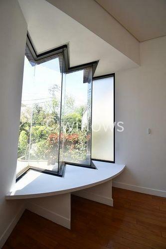特徴的な窓は空間に彩りをもたらしてくれます。